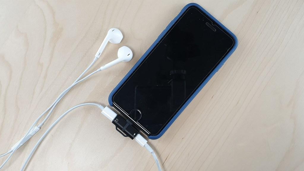 Avec le Hoco LS20 on peut charger son iphone et écouter la musique en même temps