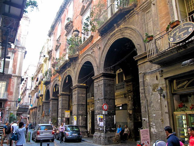 Foto di Armando Mancini – Flickr: Napoli – Via dei Tribunali, CC BY-SA 2.0, https://commons.wikimedia.org/w/index.php?curid=16235041