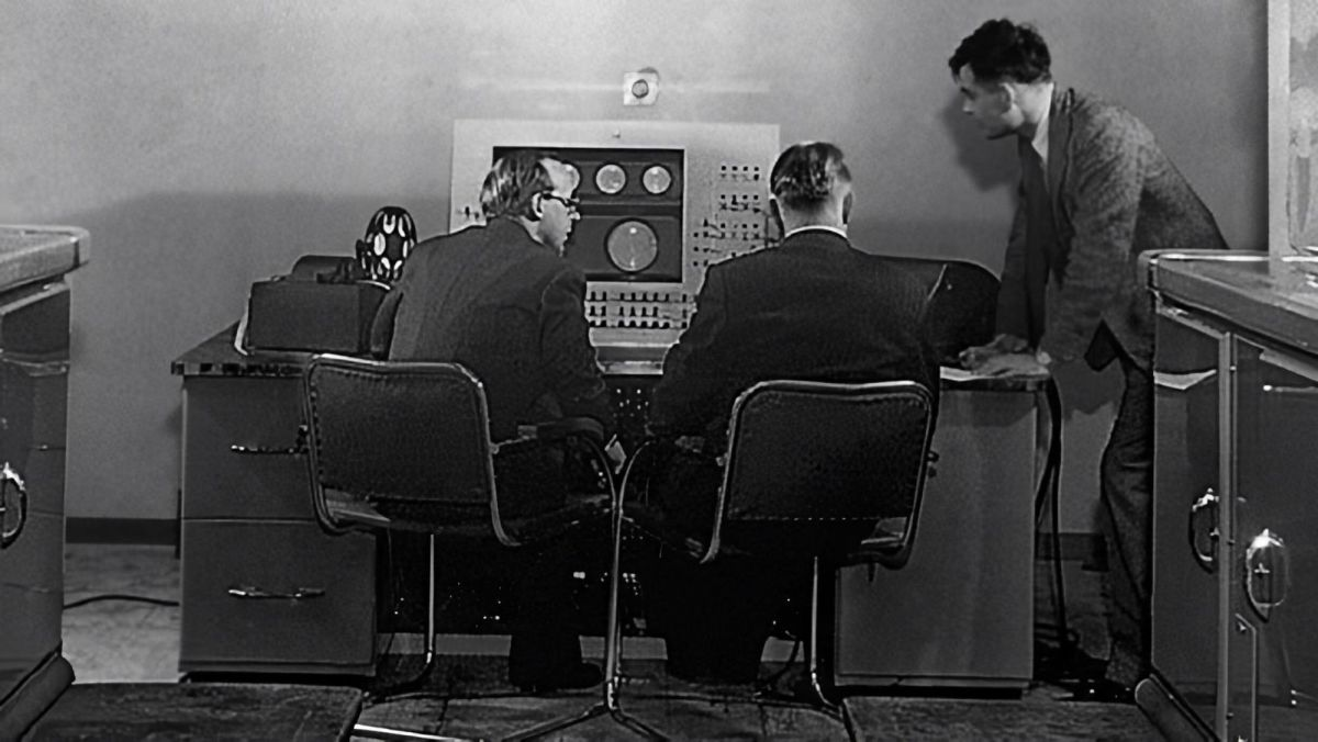 Turing (sur la droite) en compagnie de collègues