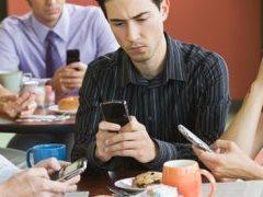 pessoas-smartphones-na-mao-almoco-informal