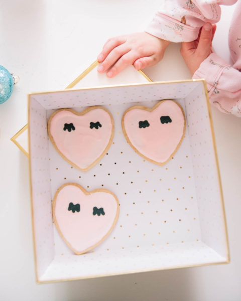 pink-eye-lash-heart-cookies