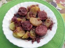 Saucisson de Lyon au Beaujolais et pommes vapeurs