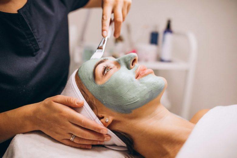 masque visage argile verte étalé au pinceau - pranaloé boutique en ligne de cosmétiques bio