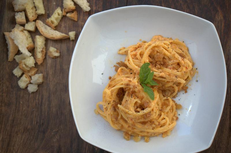 Spaghetti alla crema di peperoni acciughe e pane croccante