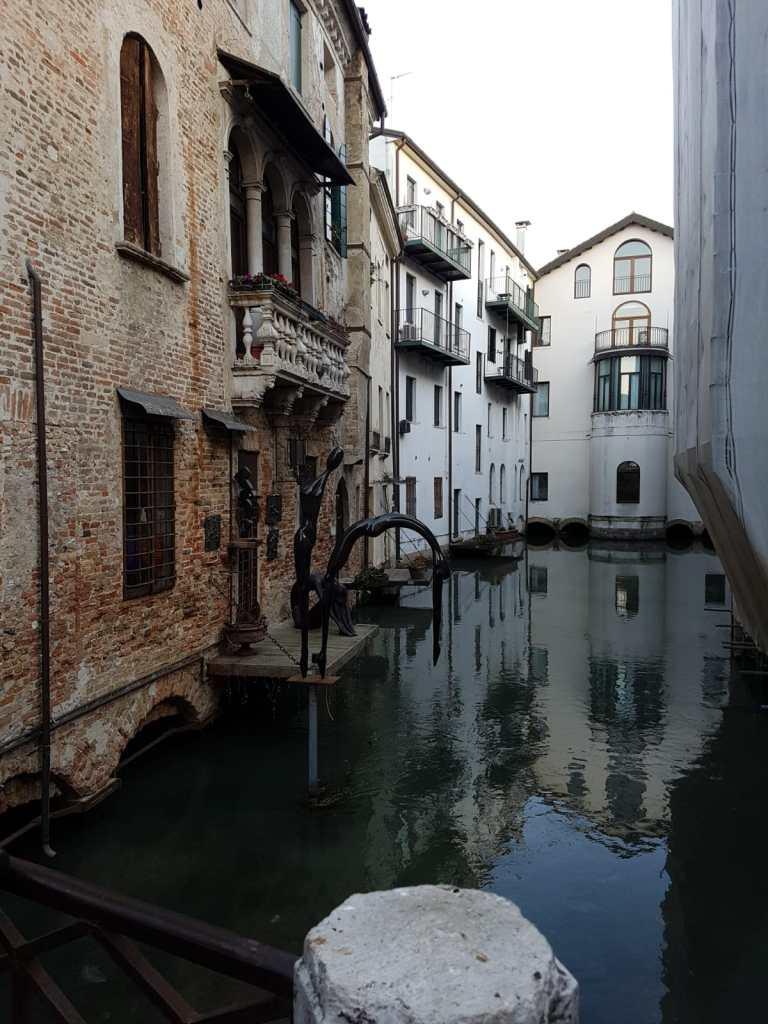 trevisole case che si specchiano nell'acqua