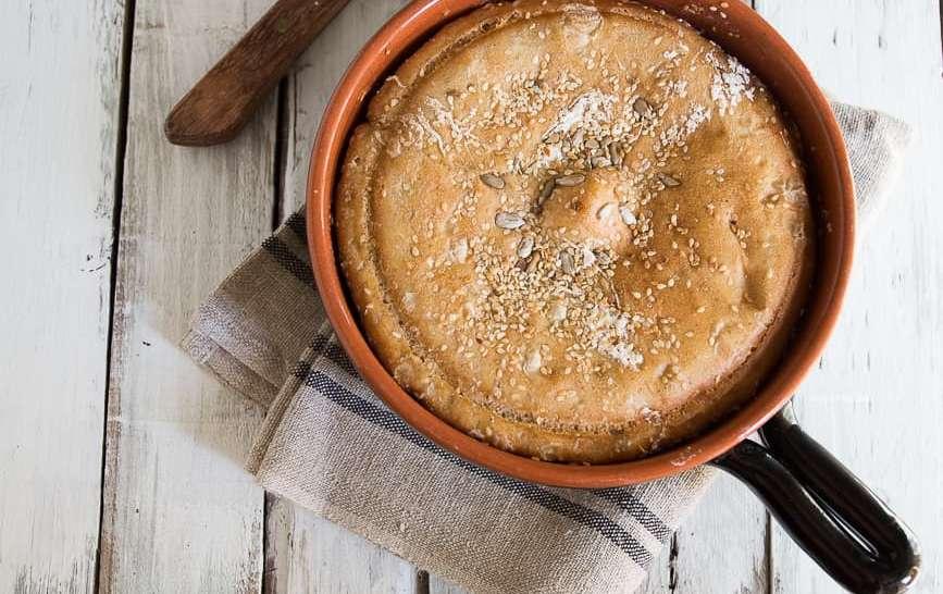 Pane in pentola con semi di sesamo