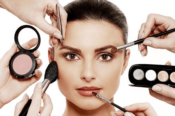Por mais que todo mundo pense que mulher nasce sabendo se maquiar, isso não é verdade, inclusive muitas de nós não sabe a forma correta de utilizar os mais diversos produtos de maquiagem, por essa razão resolvemos trazer essas dicas incríveis que com certeza vão ajudar vocês a realizar uma maquiagem perfeita para o dia a dia.