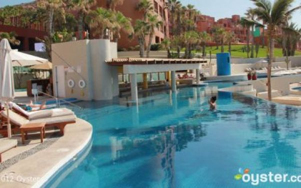 4_The-Pool-with-Swim-Up-Bar
