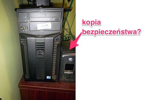 Częsty obrazek w mniejszych firmach - kopia bezpieczeństwa obok komputera. Nie wynoszona cyklicznie na zewnątrz