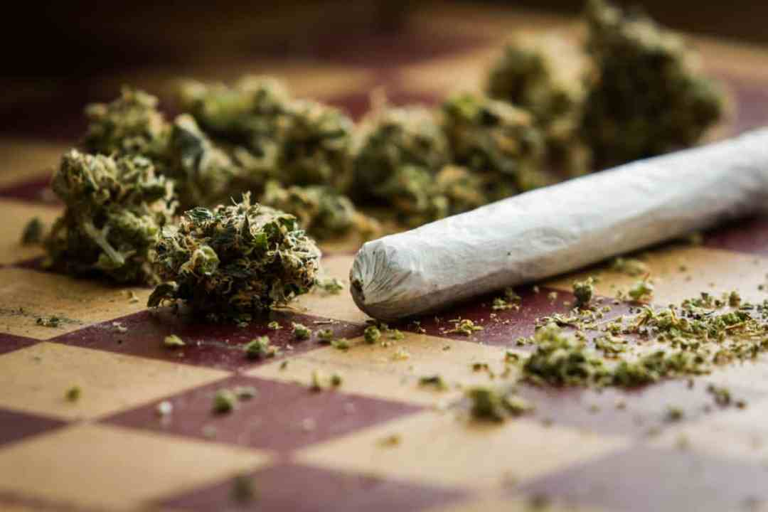 How to roll a joint