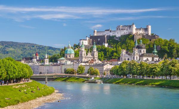 La histórica ciudad de Salzburgo con río Salzach