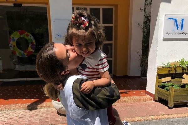 Maestra a domicilio con niña sonriendo