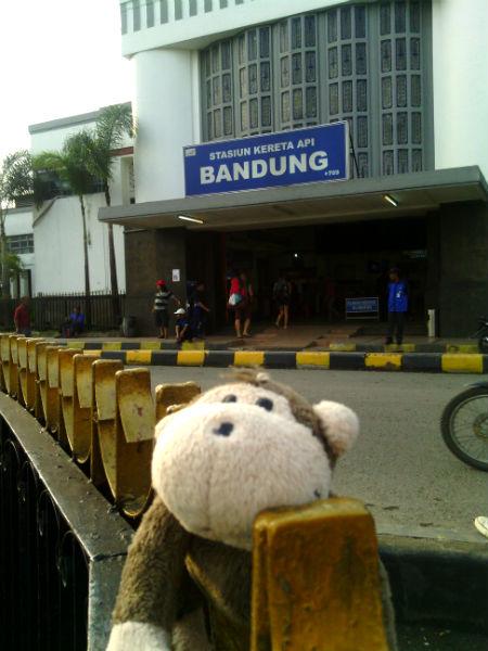Mulyadi di depan Stasiun Hall Bandung