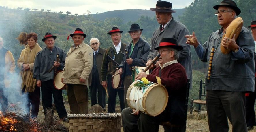 Antiguamente era la gaita y el tamboril las que amenizaban estas verbenas, hoy se han unido fantásticas orquestas