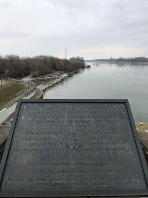 Gedenktafel Dumbier mit der Donau und Donauinsel im Hintergrund