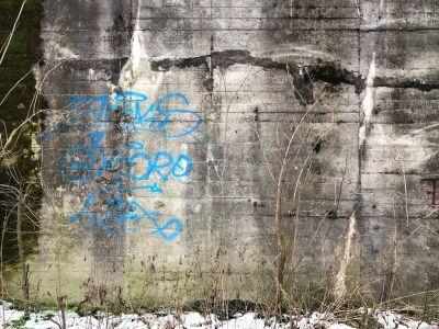 Blaue Graffiti auf einer Betonwand