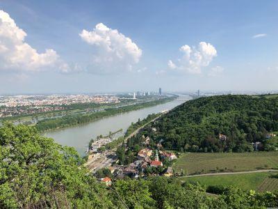 Blick auf den Norden Wiens mit der Donau und der Neuen Donau. Man erkennt auch den Floridotomer, den DC Tower in der Donaucity und den Milleniumstower