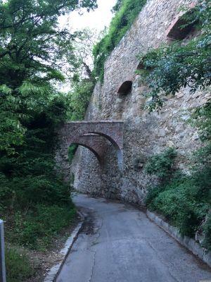 Steinmauer links und die Arkadenbögen über die Eichelhofstraße in Nussdorf/Wien