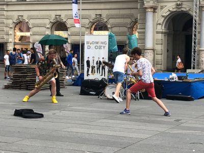 Die Band Blowing Doozy auf dem Platz vor dem Rathaus