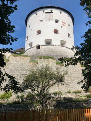 Der Kaiserturm der Festung Kufstein mit einer Sonnenuhr