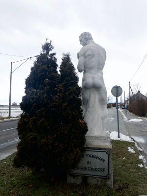 """Statue am Ende Langenzersdorfs mit der Aufschrift """"Auf Wiedersehen in Langenzersdorf"""""""