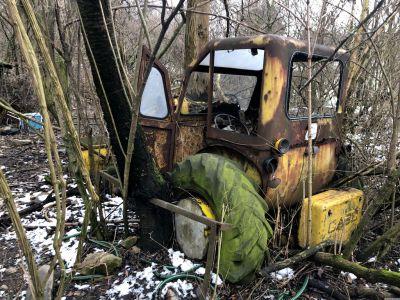 Ein verrosteter Traktor mitten im Wald