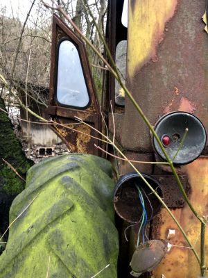 Detailaufnahme des kaputten Rücklichts des Traktors