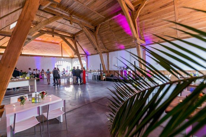 Der Gartensaal mit ein paar Partygästen im Hintergrund