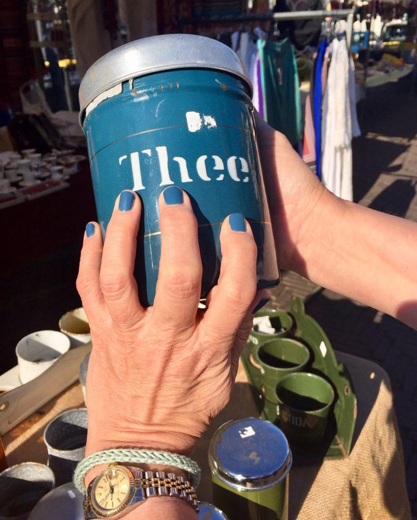 Teedose vom Flohmarkt und der passende nagellack dazu