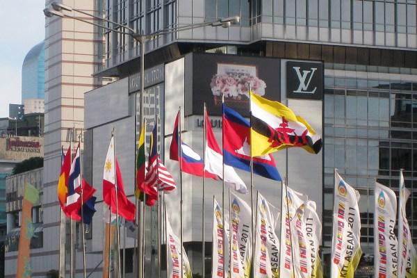 Banderas de los países del Sudeste Asiático agrupados en ASEAN (siglas en inglés de la Asociación de Naciones del Sudeste Asiático). Foto: Gunawan Kartapranata (Wikimedia Commons / CC BY-SA 3.0). Blog Elcano
