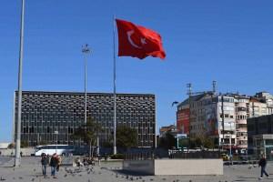 Erdoğan ha perdido el oremus. Bandera turca en la Plaza Taksim, Estambul (Turquía. Foto: BBC World Service (CC BY-NC 2.0)