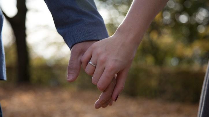 aliança de namoro com pedra