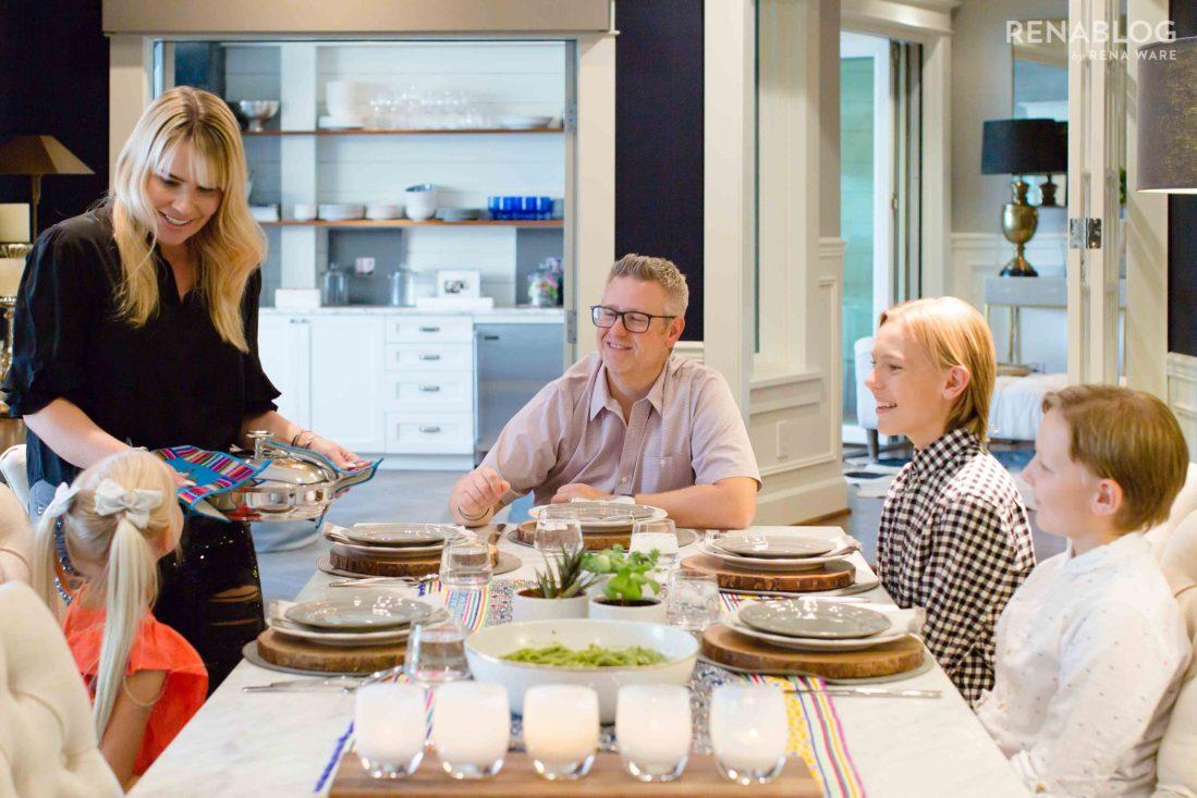 Familia sentada en la mesa