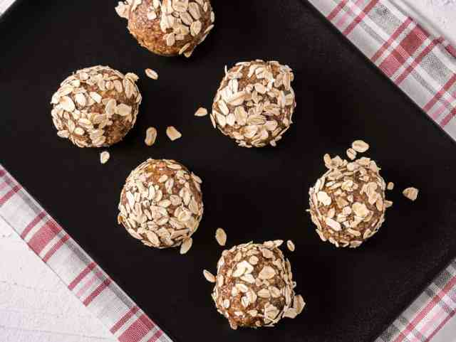 Dried fruit bites covered in oats