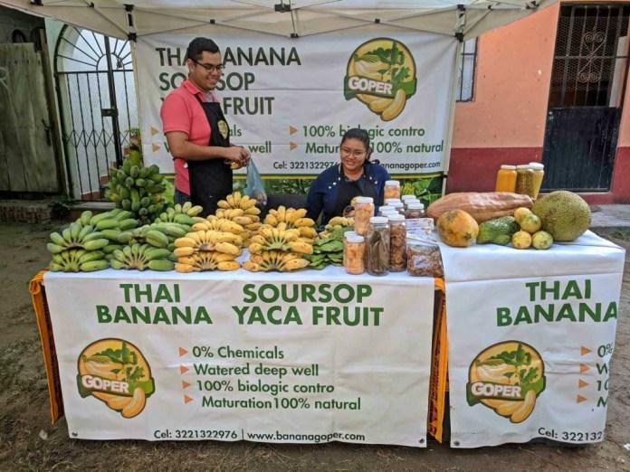 hombre, mujer, puesto de frutas, bananas, plátanos, comida, frutas
