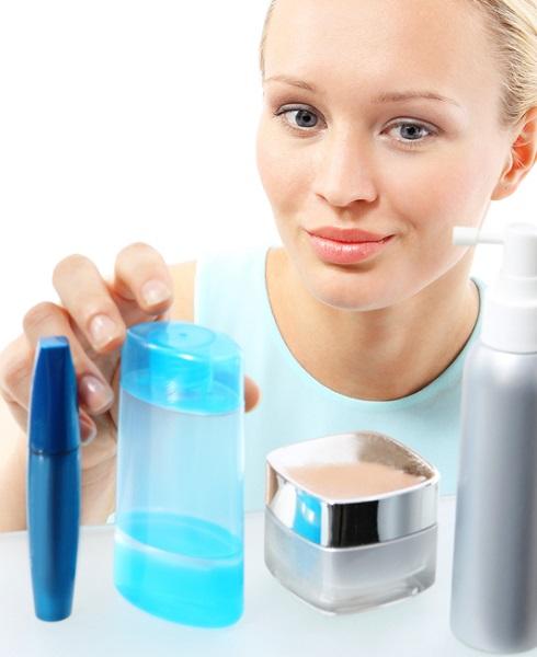 femeie alege produse cosmetice