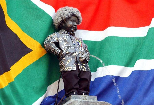 В любимите дрехи на Нелсън Мандела, по случай годишнина от освобождаването му от затвора.