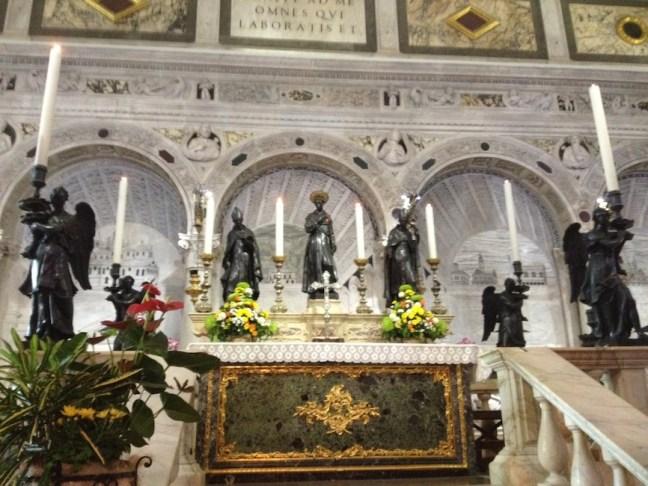 """Сaркофагът с мощите на светеца в базиликата """"San Antonio"""""""