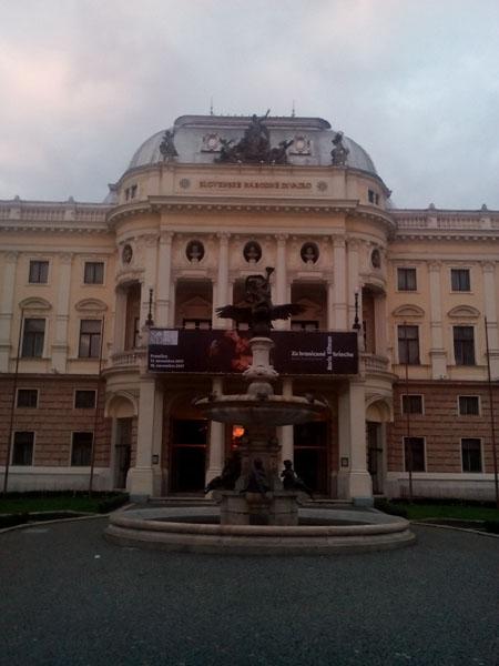 Словашкия народен театър с фонтана на Ганимед