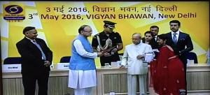 Keya Vaswani receiving Rajat Kamal from President Pranab Mukherjee at 63rd National Film Awards