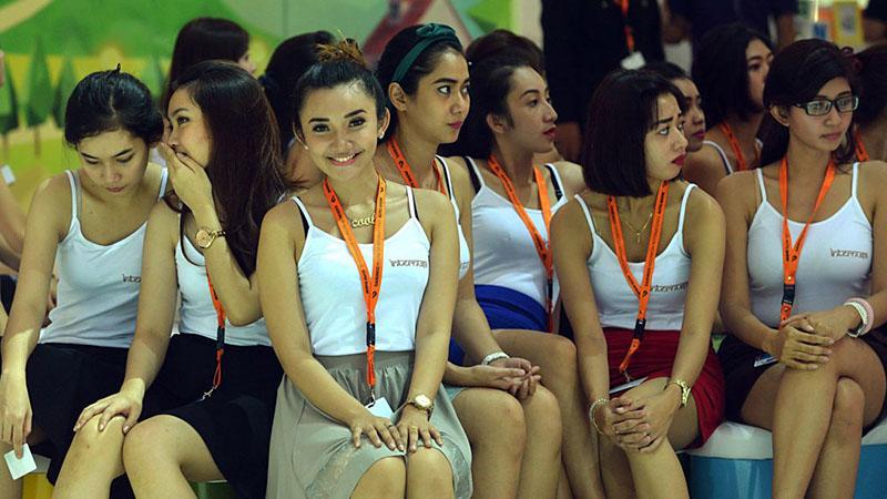 spg mobil, bisa jadi kelak posisi mereka akan digantikan oleh pekerja asing, mungkin vietnam? (sumber : indonesiaautoshow.com)