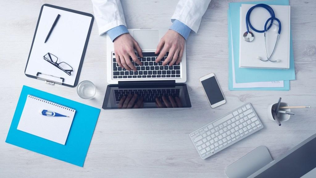 Scrivania vista dall'alto con strumenti medici