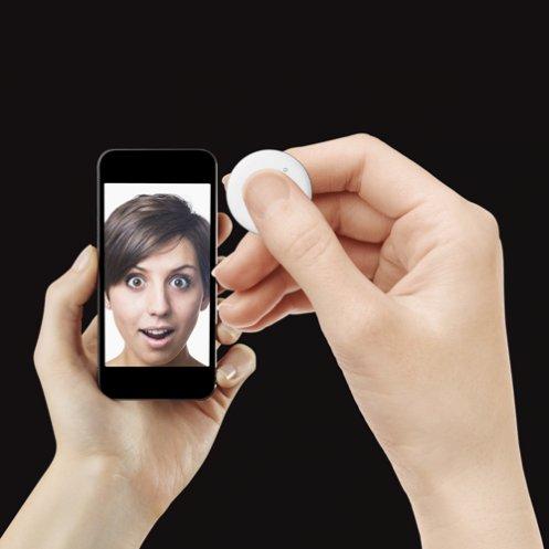 persona che scatta un selfie con un telecomando
