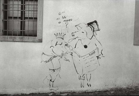 graffito sul muro di una casa di San Daniele - foto Mario Dondero