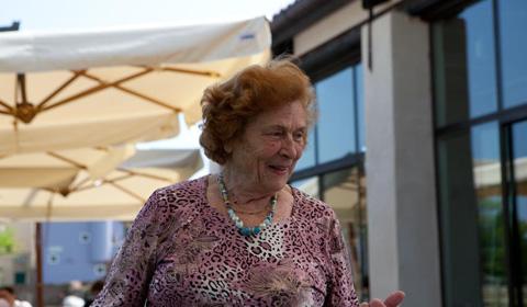 la signora Gina spiega la ricetta dei bussolà (foto G. Frassi)