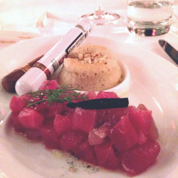 Tartare di tonno con salsa al sigaro, di Gian Nicola Colucci | ©foto Sandra Longinotti