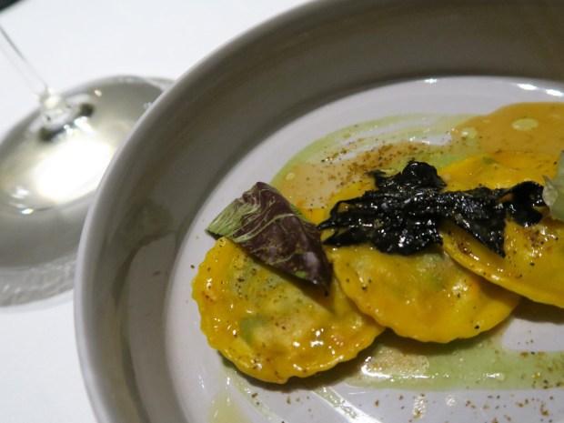 Ravioli di astice e spinacini con trombette della morte, sedano e polvere di cozze - FILIPPO Pietrasanta | ©foto Strutturafine