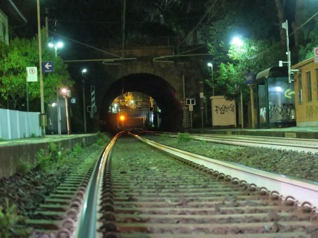 il passaggio a livello di Bogliasco accanto Al Solito Posto | ©foto Strutturafine