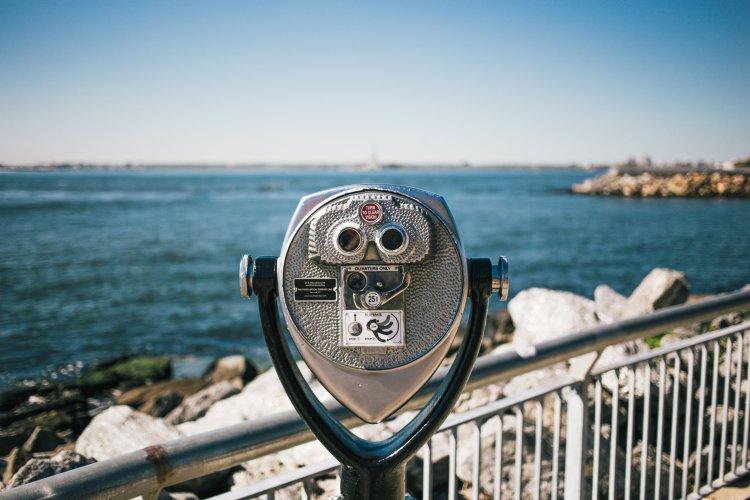 binoculars-looking-at-ocean_4460x4460