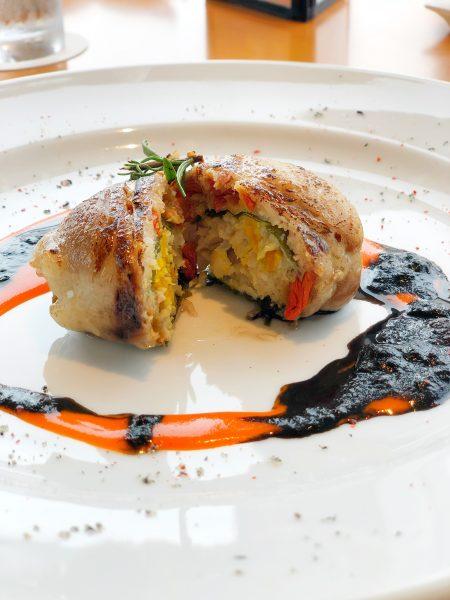 鶏肉とイカのブレゼ かぼちゃ仕立て イカスミとパプリカのハロウィンソース